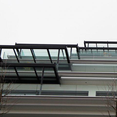 Sitzplatz Überdachungen aus einer Glasmetallkonstruktion / Stufenweg Küssnacht