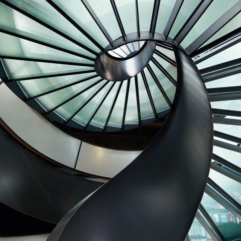 Wendeltreppe mit Glastritten und gebogenem Glasgeländer, Rössli Tor, Orell Füsslii, St. Gallen